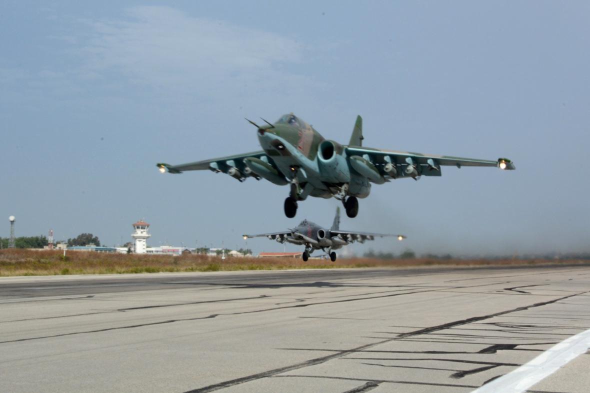 Ruské stíhačky Su-25 na jedné ze syrských základen
