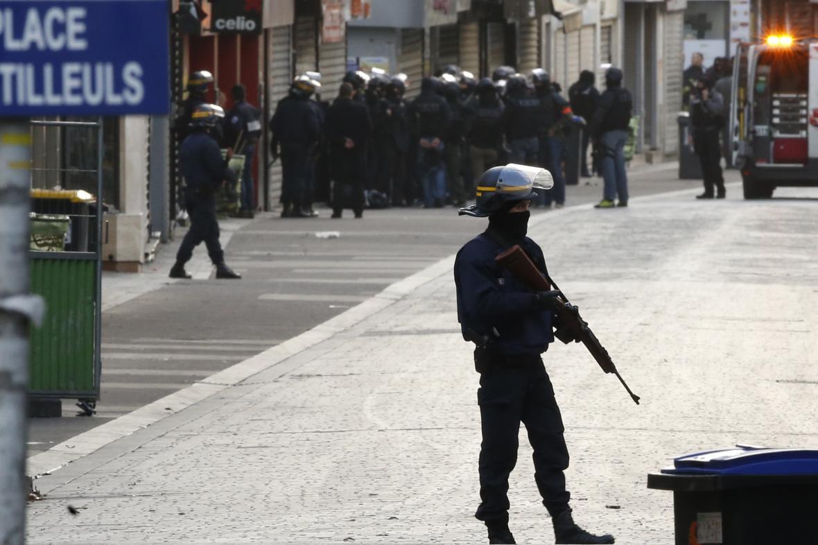 Policejní razie v pařížské čtvrti Saint-Denis