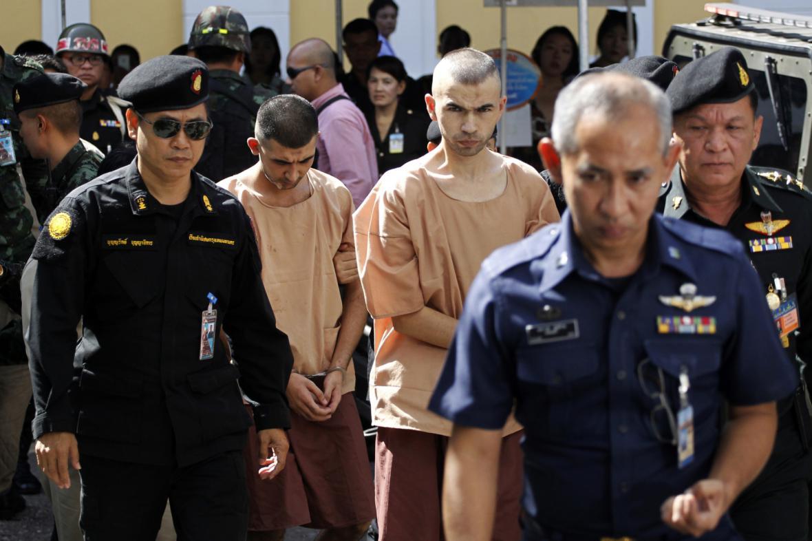 Dvojice mužů jde k vojenskému soudu