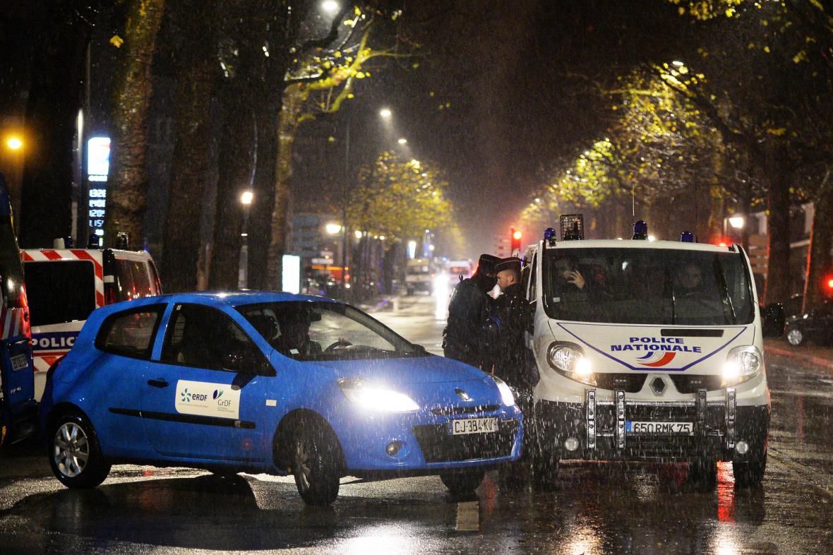 Francouzští policisté při zásahu v Roubaix