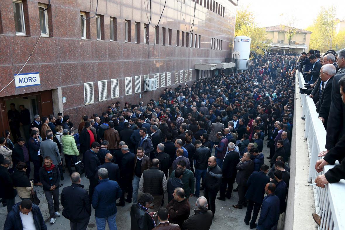 Lidé stojí před márnicí, kam bylo převezeno Elciho tělo