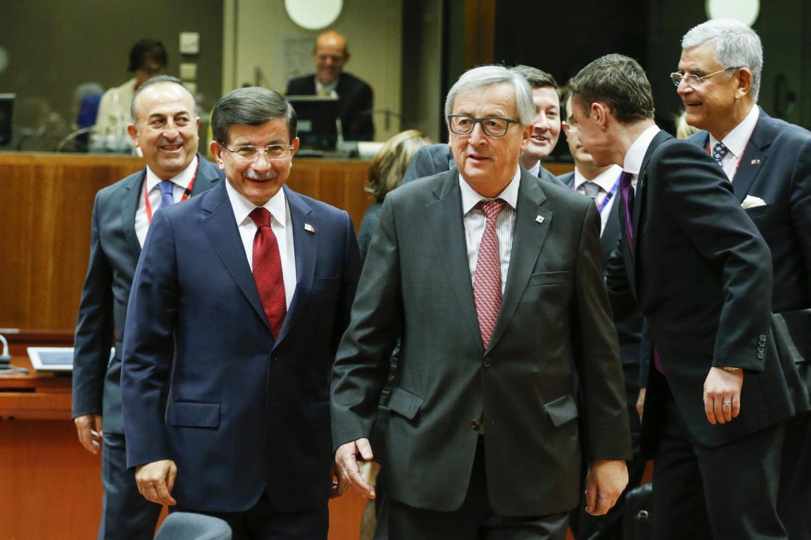 Ahmet Davutoglu a Jean-Claude Juncker během bruselského summitu