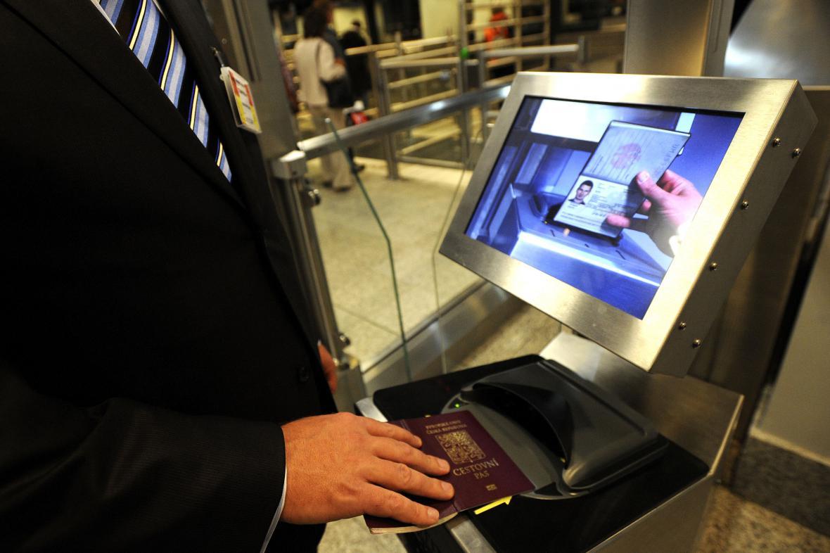 Kontrola pasu s biometrickými údaji