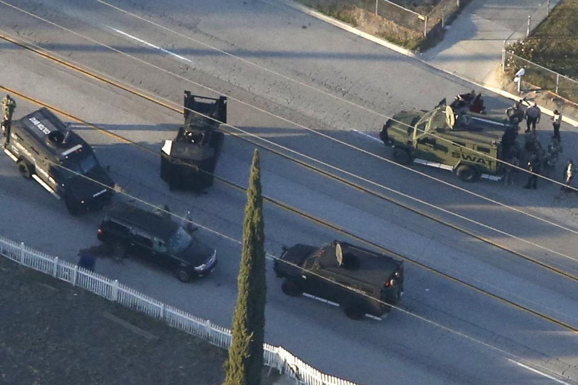 Obklíčené SUV se střelci z komunitního centra