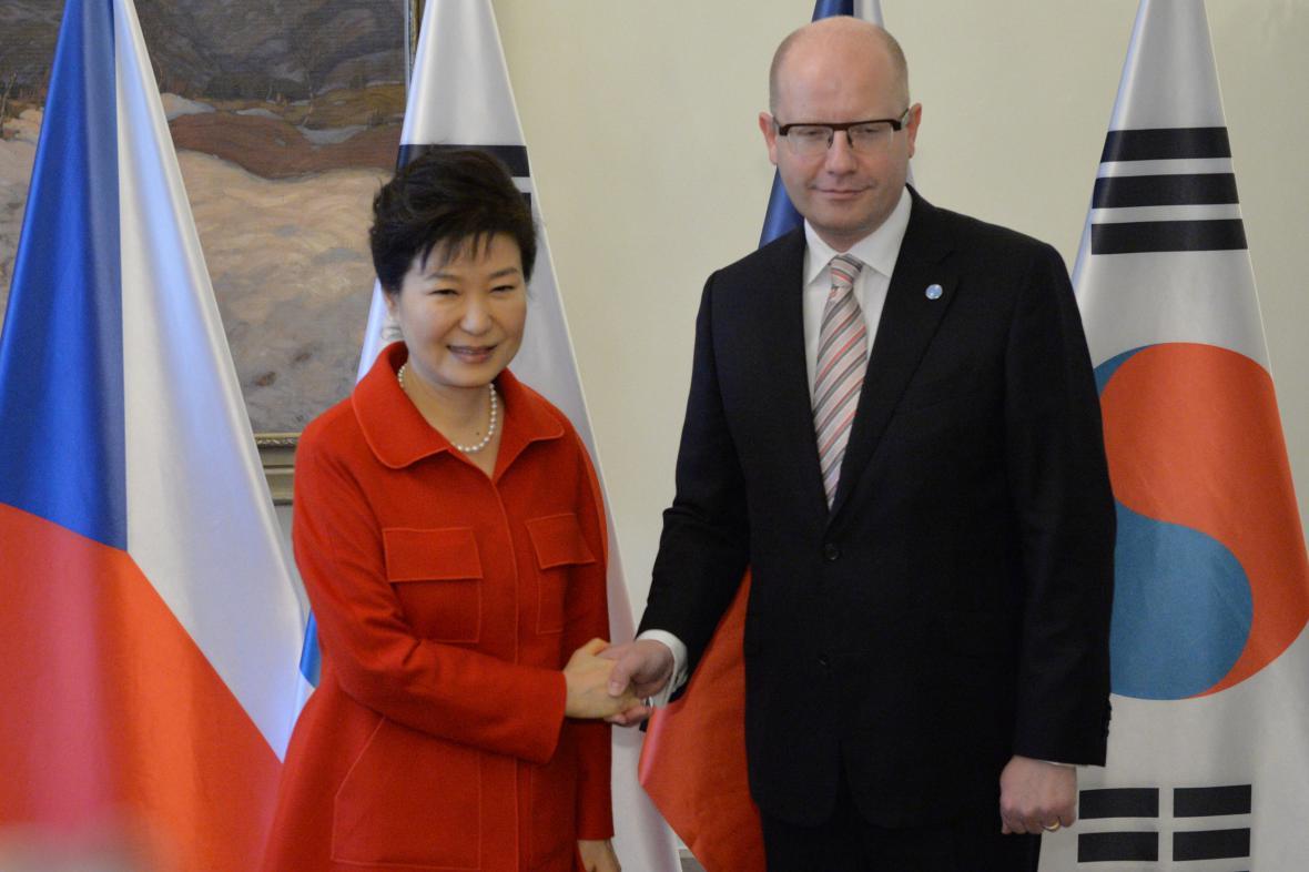 Premiér Bohuslav Sobotka s jihokorejskou prezidentkou Pak Kun-hje.