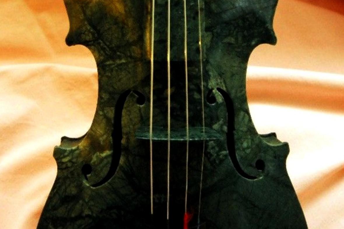 Mramorové housle sochaře Jana Řeřichy