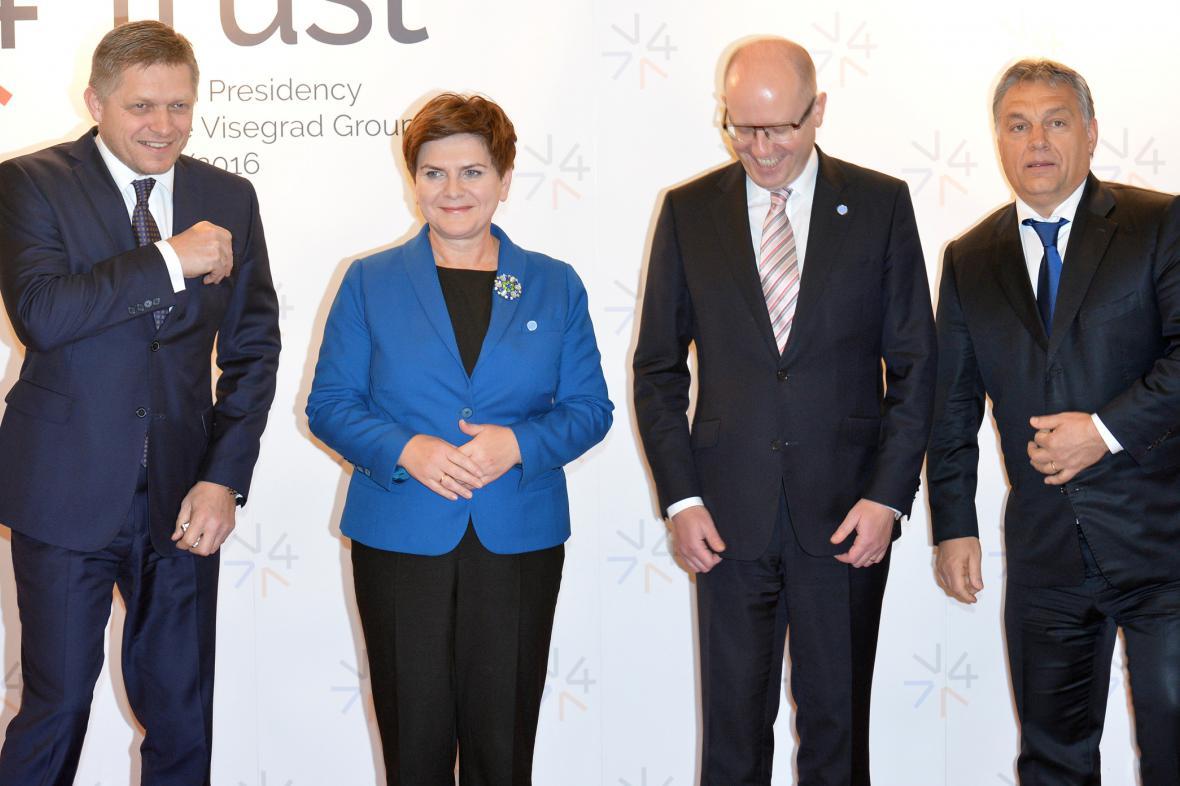 Šéf slovenské vlády Robert Fico, polská premiérka Beata Szydlová, předseda české vlády Bohuslav Sobotka  a jejich maďarský kolega Viktor Orbán