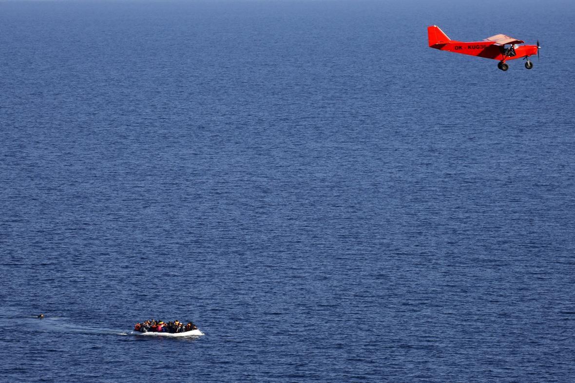 Letadlo Frontexu dohlíží na člun s migranty