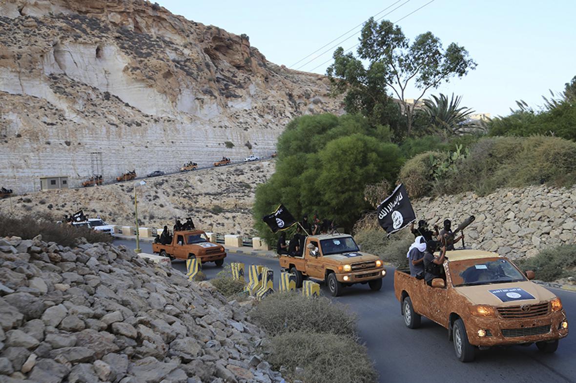 Konvoj islamistů poblíž libyjského města Darná