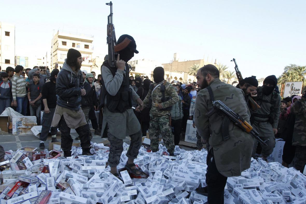 Bojovníci IS shromažďují zkonfiskované cigarety