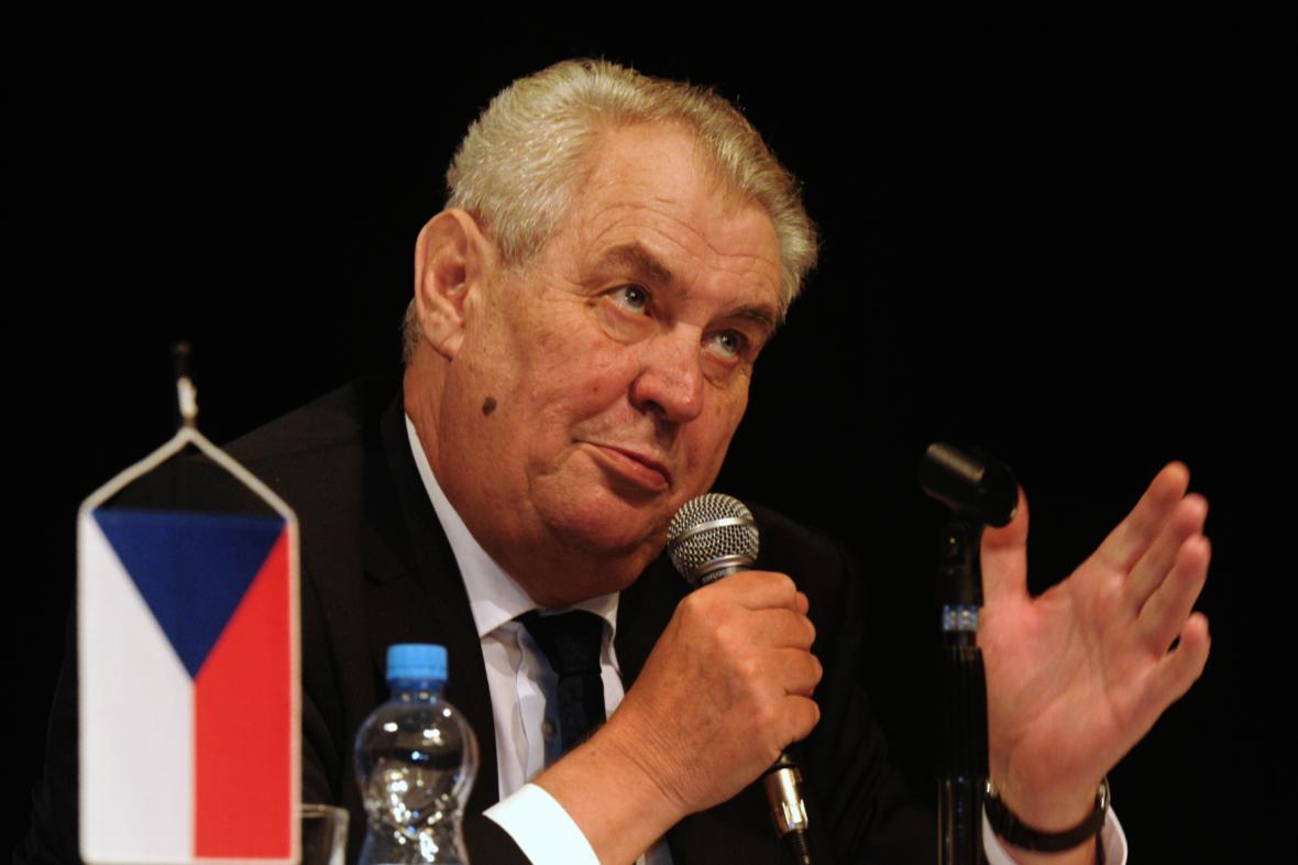 Miloš Zeman během cesty po Ústeckém kraji - snímek z 8. prosince