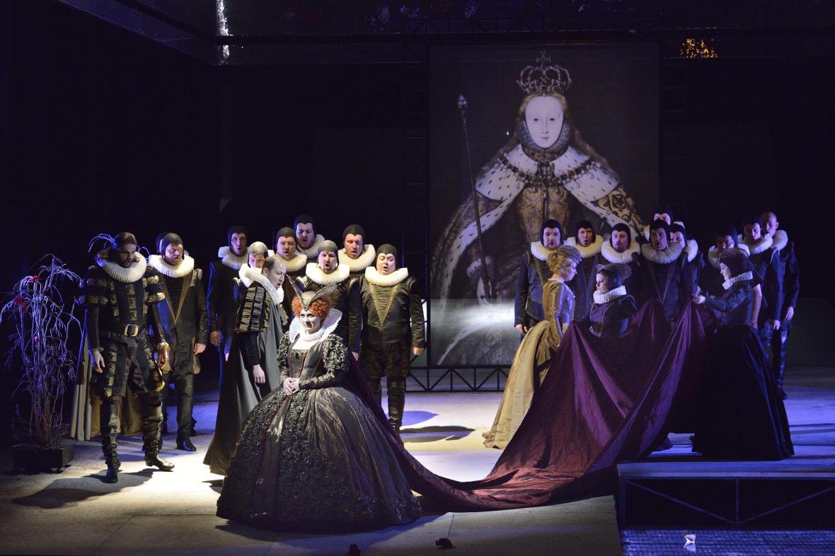 Jana Šrejma Kačírková jako Alžběta 1. v opeře Roberto Devereux