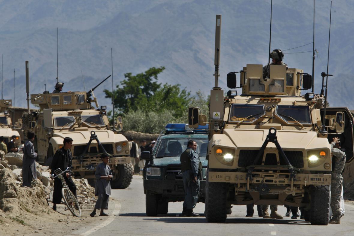 Obrněné vozy NATO u základny Bagrám