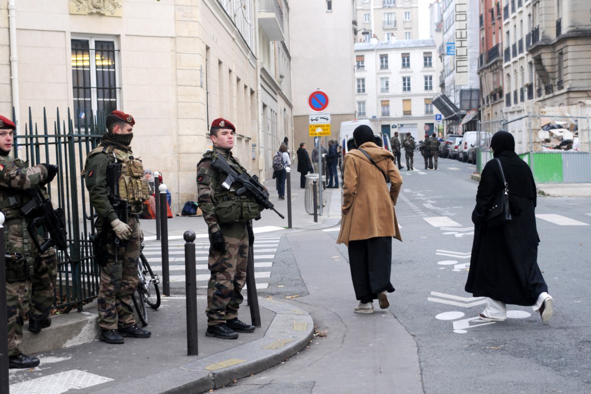 Armádní hlídky v ulicích Paříže