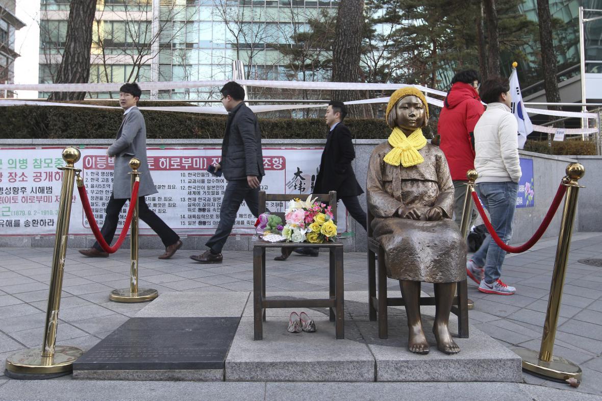 Pomník před japonskou ambasádou v Soulu