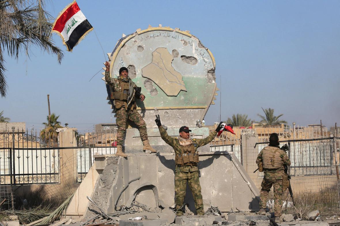 Iráčtí vojáci oslavují dobytí Ramádí