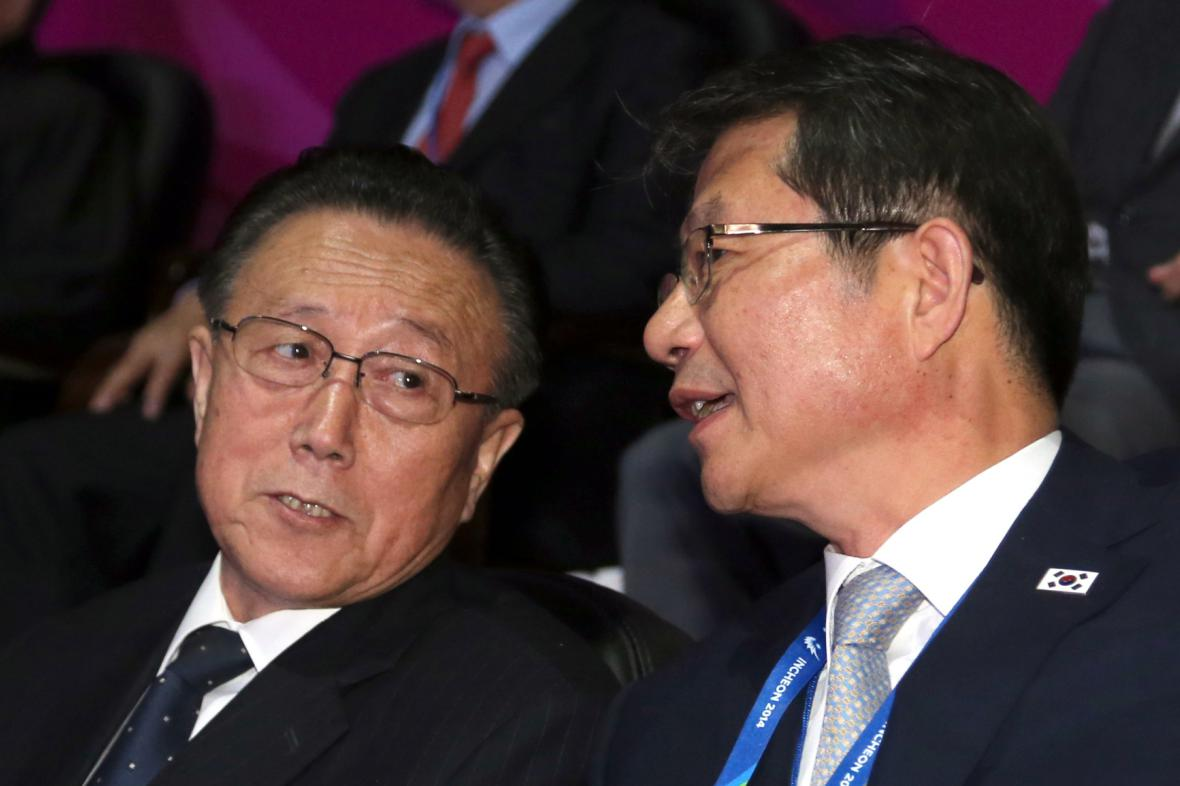 Kim Jang-kon (vlevo) na snímku z října 2014