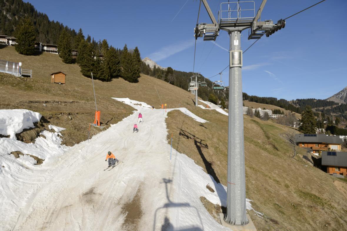 Vánoční lyžovačka na umělém sněhu ve švýcarském středisku Leysin
