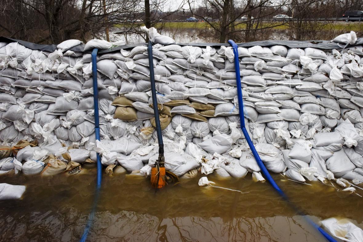 Pytle s pískem coby protipovodňové zábrany ve městě Arnold ve státě Missouri