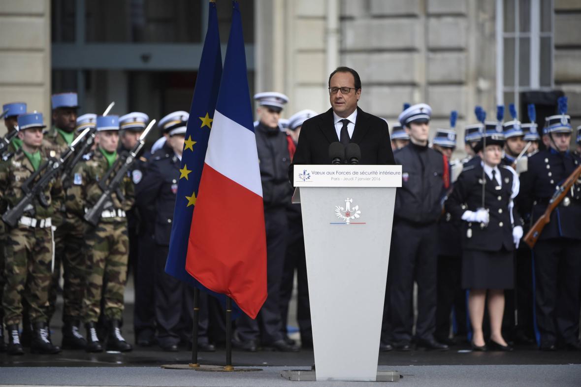 Francois Hollande během projevu na pařížské prefektuře