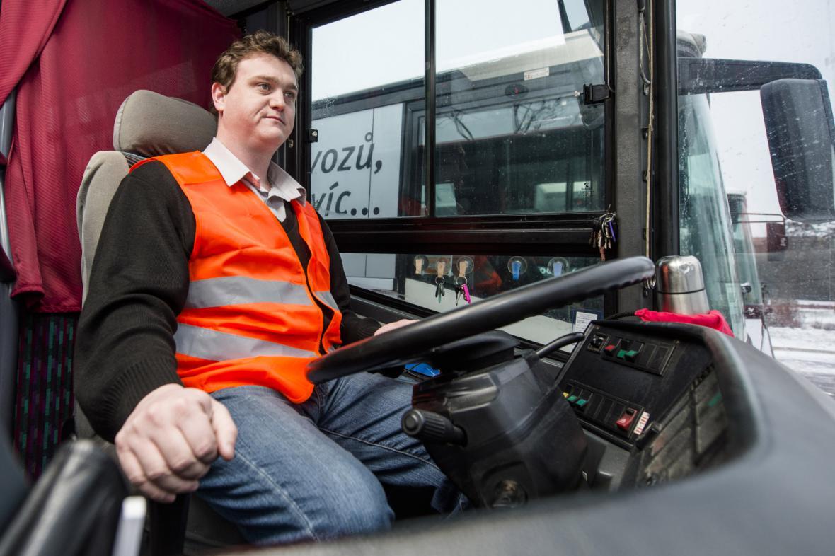 Řidič autobusu v reflexní vestě