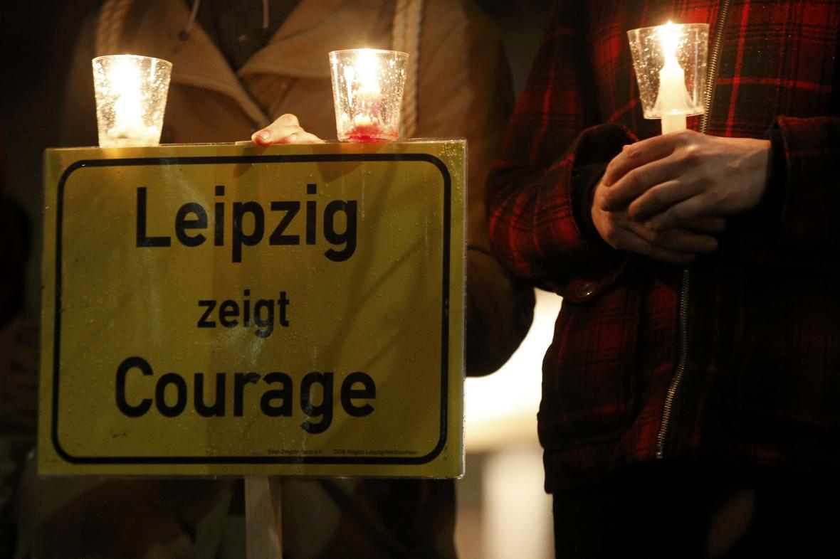 Demonstranti vytvořili v Lipsku řetěz světel na podporu tolerance