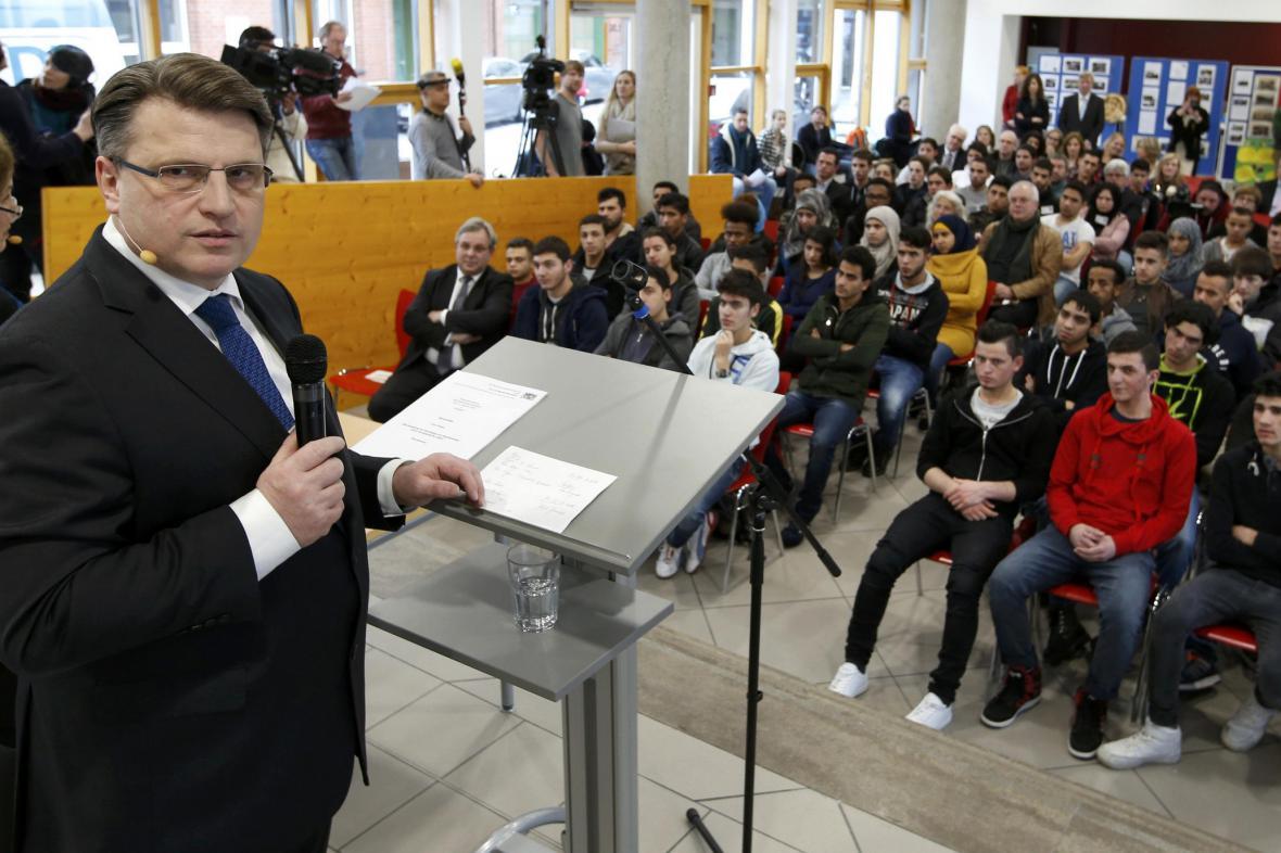 Ministr Bausback vedl první lekci pro azylanty