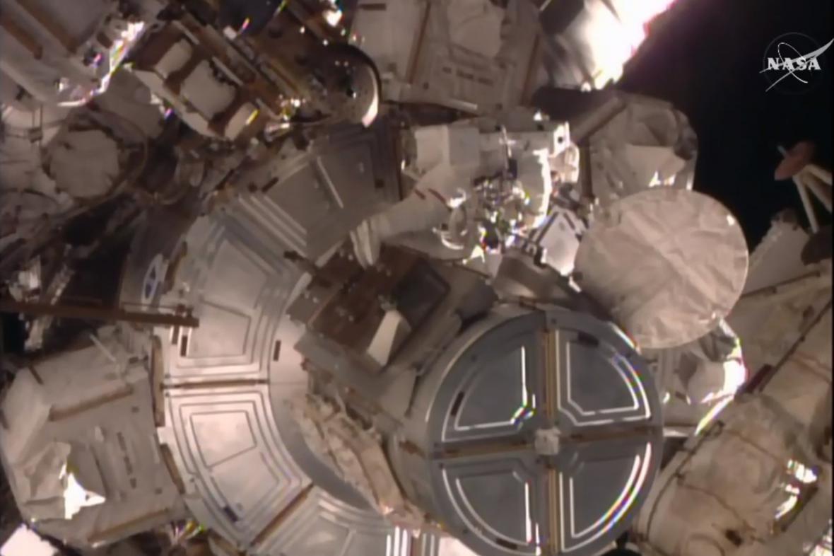Tim Kopra během práce ve volném vesmíru