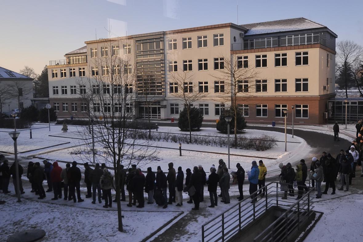 Na kotlíkové dotace v Jihlavě čekaly ráno stovky zájemců