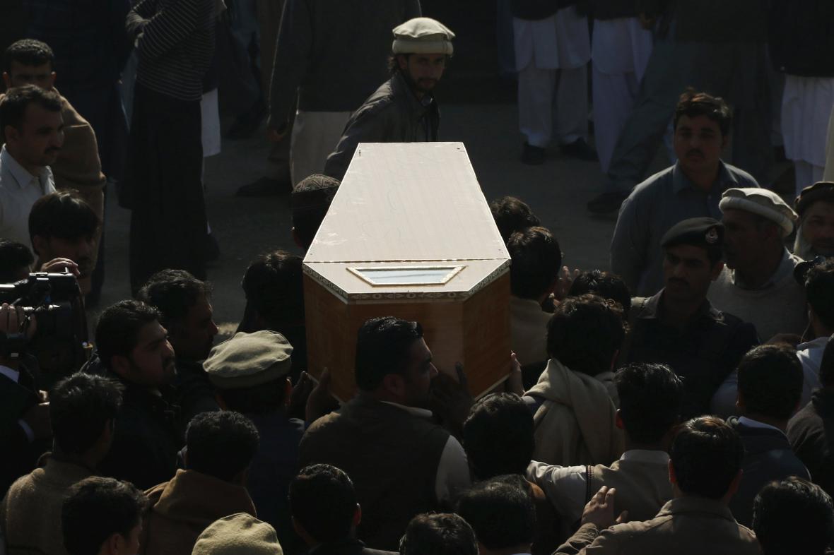 Ozbrojenci zabili v pákistánské škole dvě desítky lidí
