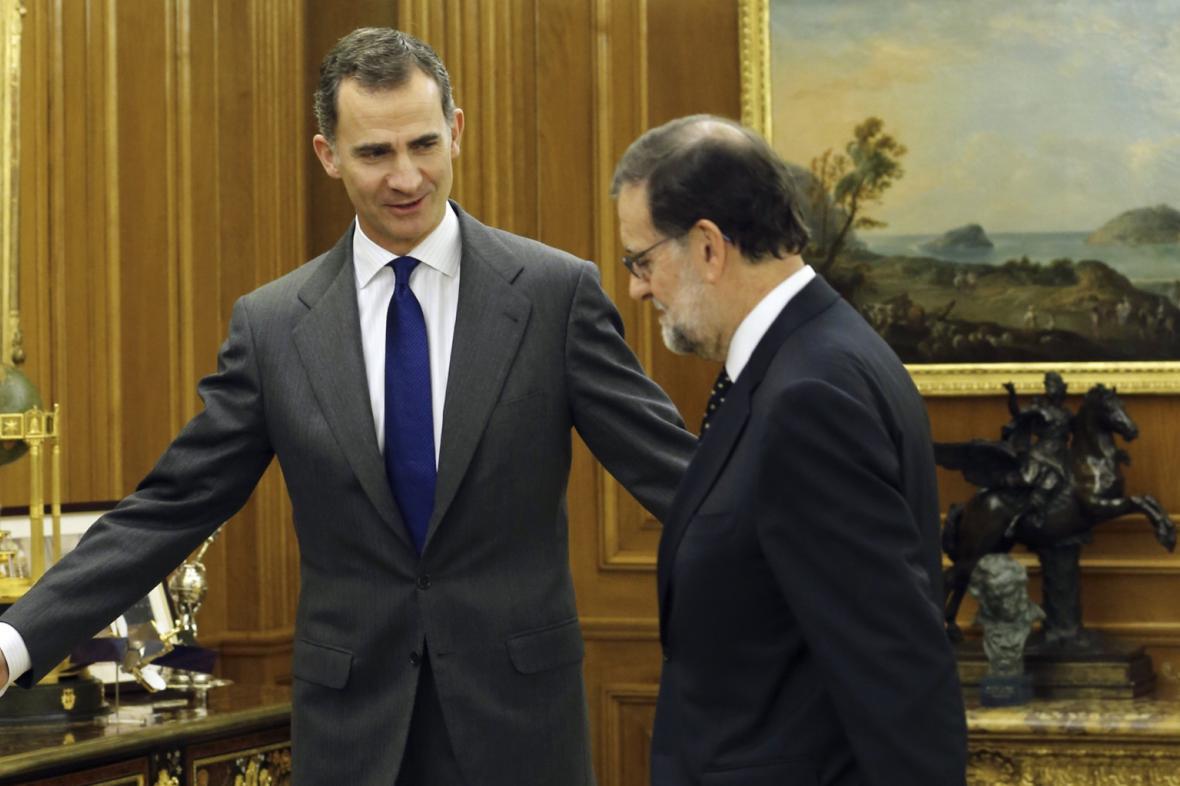 Král Felipe Vi. (vlevo) s premiérem Rajoyem
