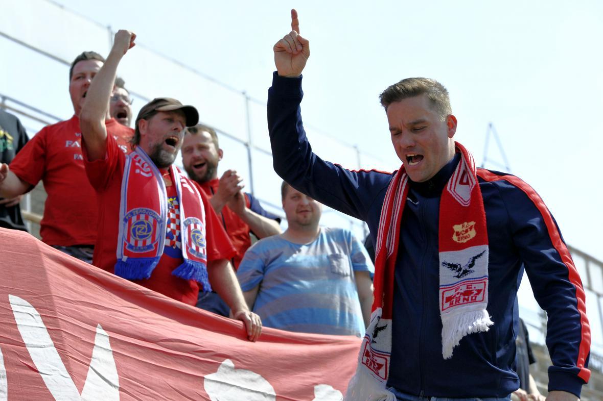 Fotbalista Petr Švancara (vpravo) s fanoušky