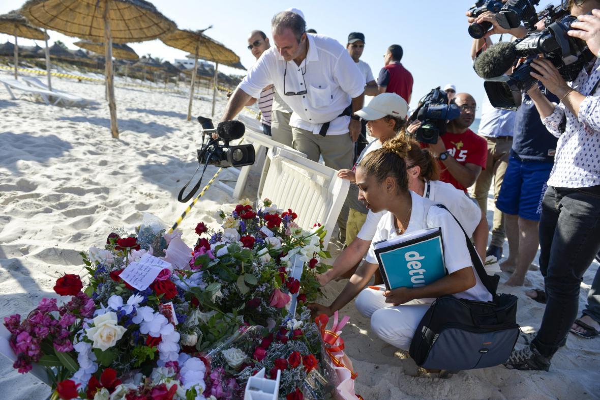 Truchlící na pláži v Sousse