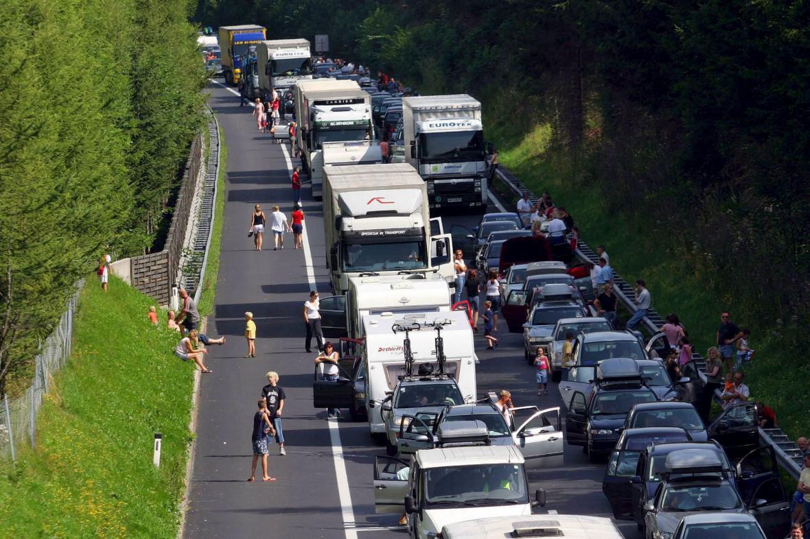 Kolona na Tauernské dálnici za Salzburkem ve směru na Villach