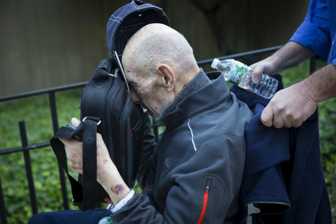 Irwin Lipkin opouští soudní budovu