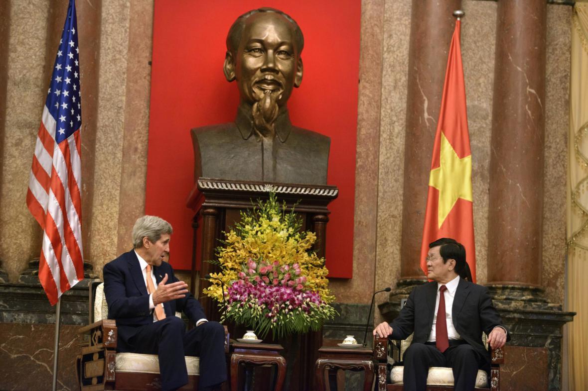 John Kerry a vietnamský prezident Truong Tan Sang