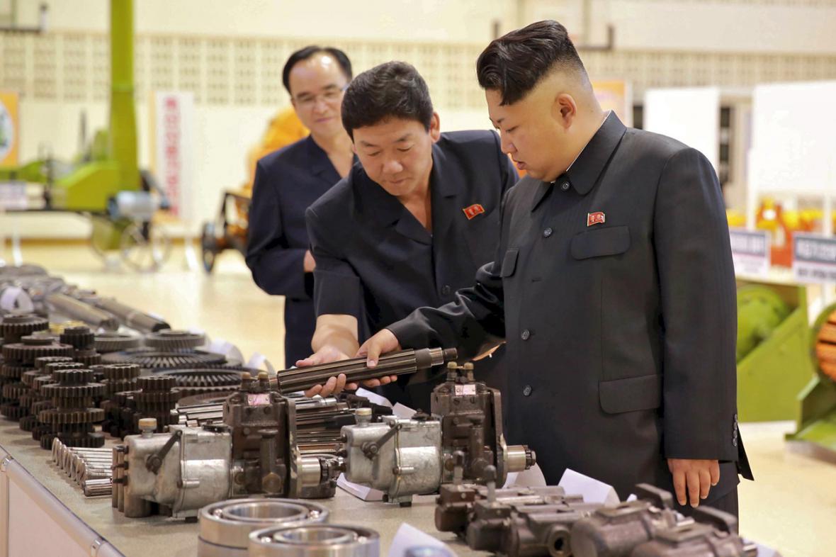 Kim Čong-un kouká na ozubená kola