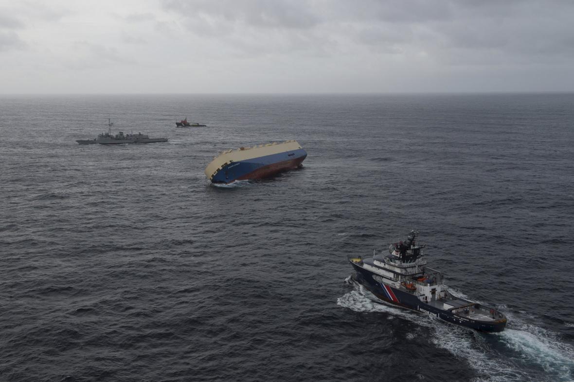 Poškozená loď Modern Express