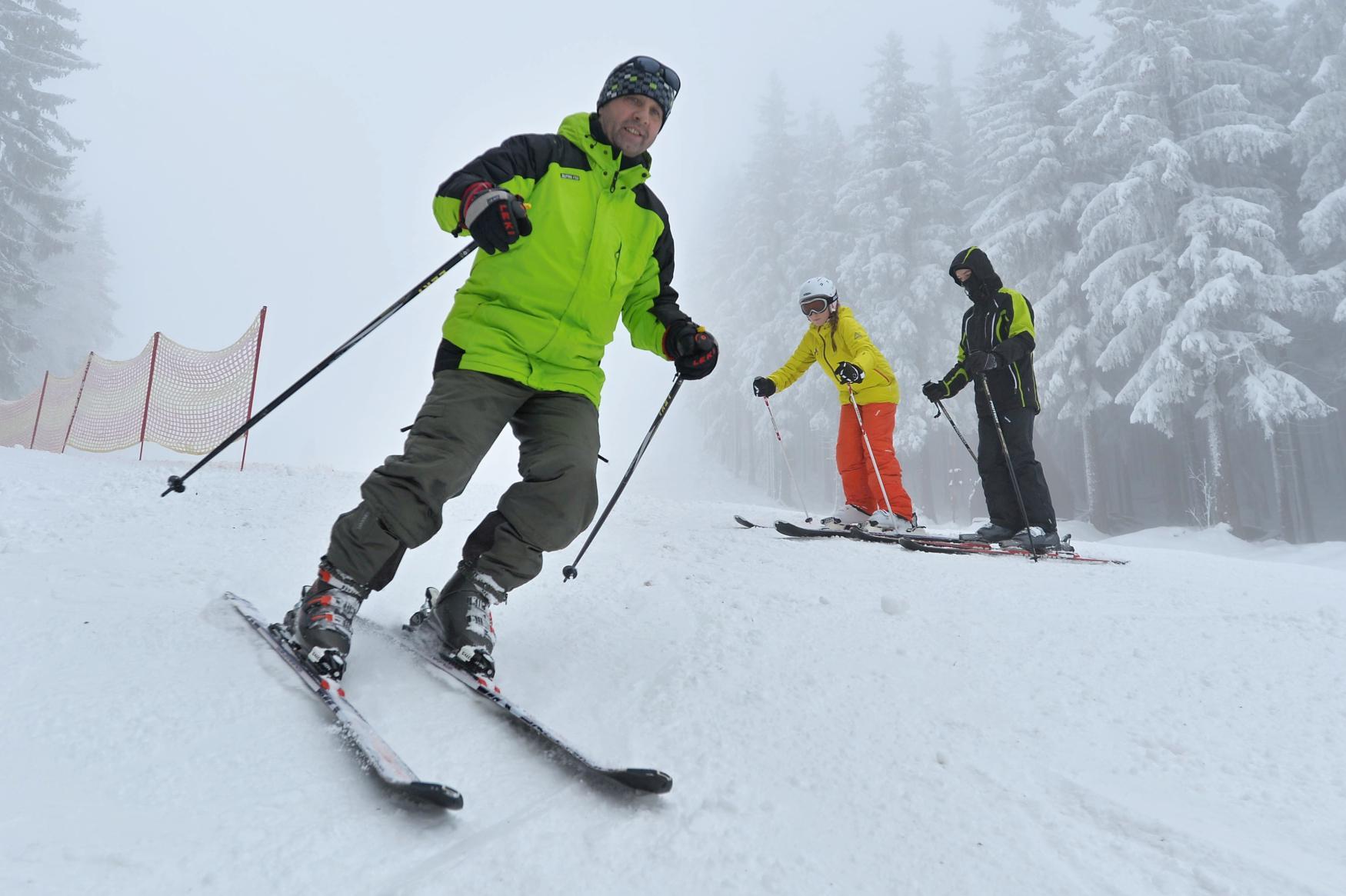 Skiareály na Moravě lákají lyžaře. Sněhu je dostatek