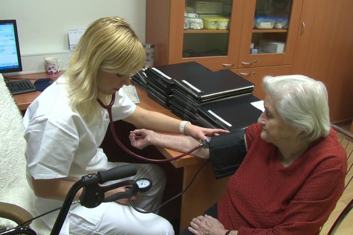 Mladá lékařka léčí seniory v Holešově
