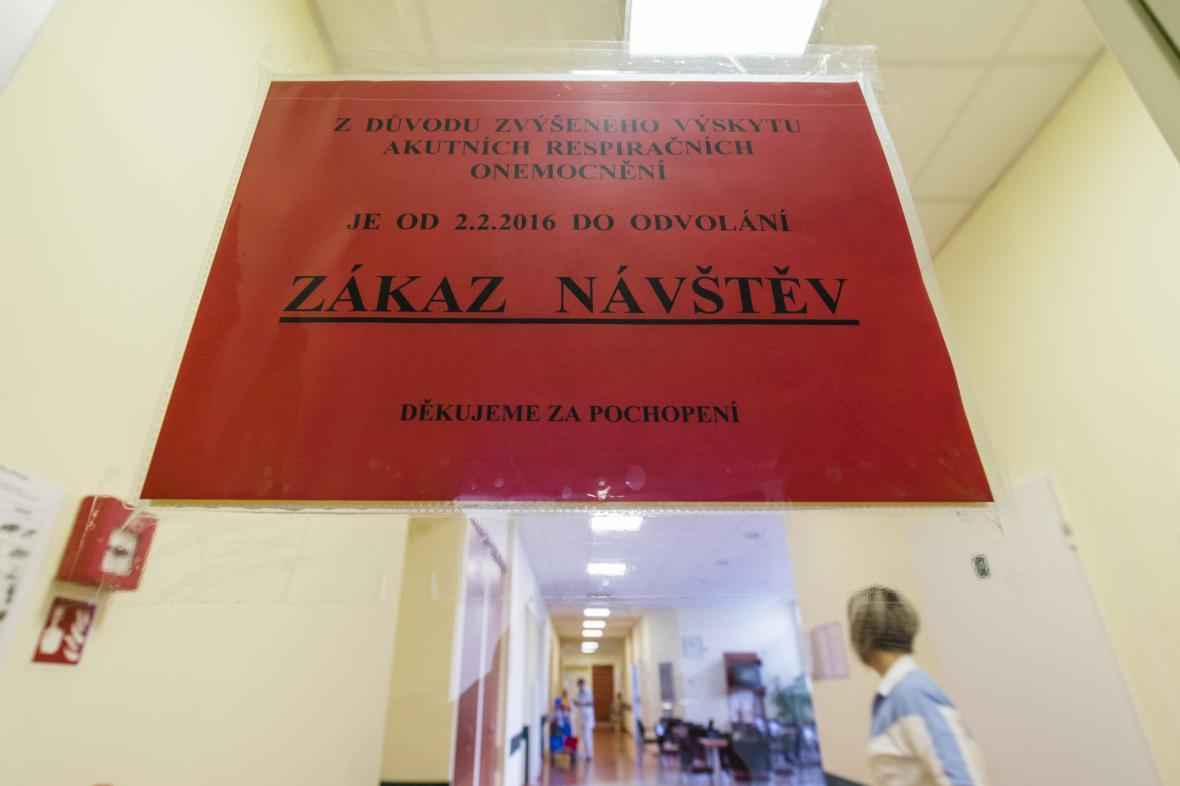 Kvůli epidemii vyhlašují nemocnice zákaz návštěv