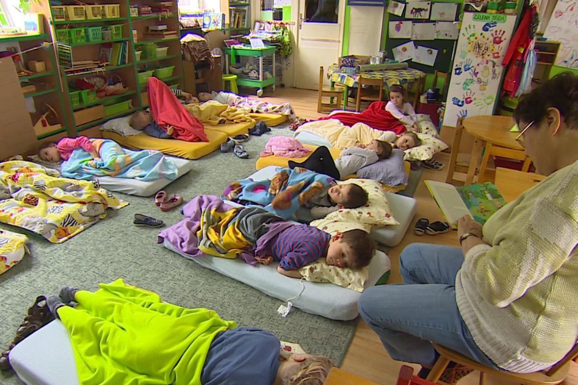Paní Nečásková má vnoučata v Německu, čte proto dětem ve školce
