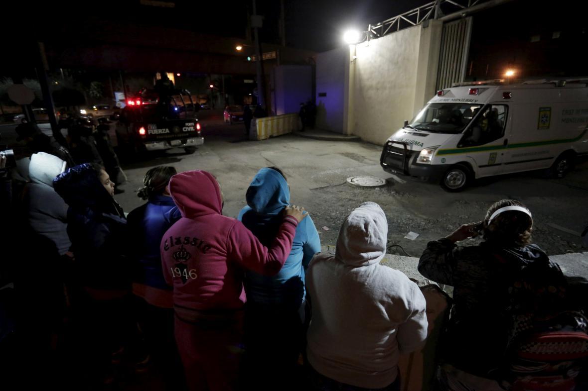 Rodiny vězňů čekají před zařízením Topo Chico