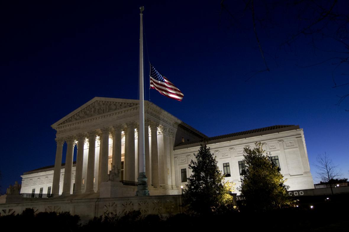 Vlajka na půl žerdi u budovy Nejvyššího soudu