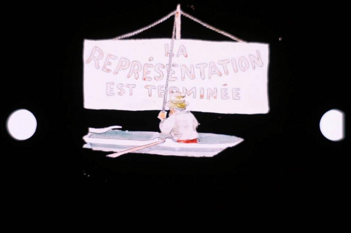 Závěrečné políčko filmu Okolo kabiny