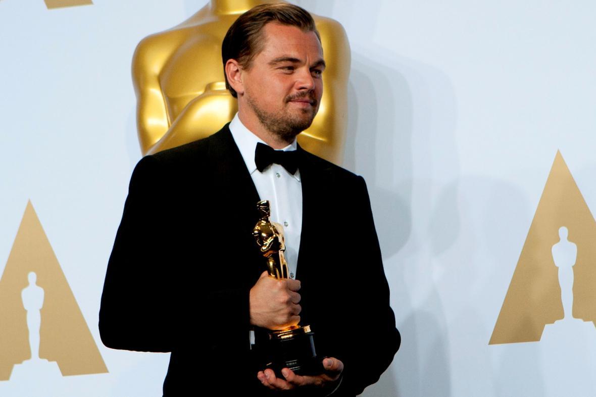 Leonardo DiCaprio se zlatou soškou