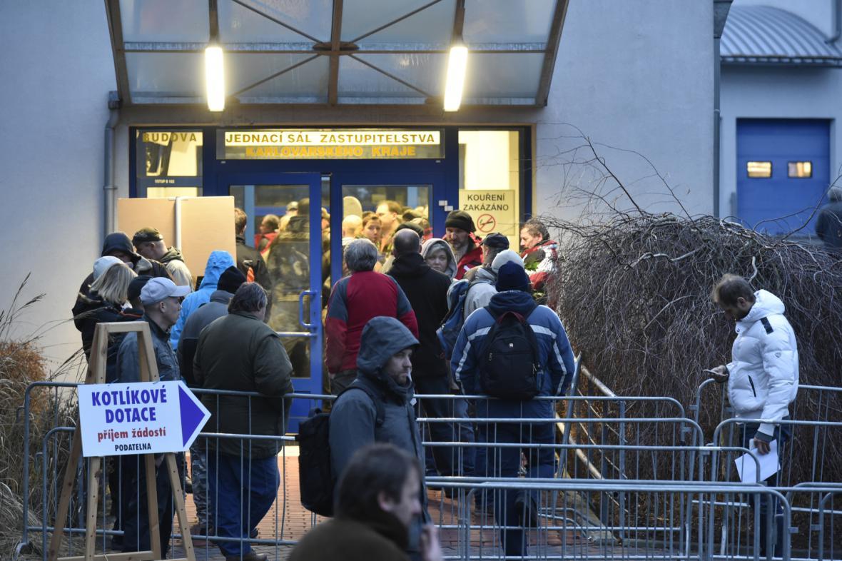 Fronta na kotlíkové dotace v Karlových Varech