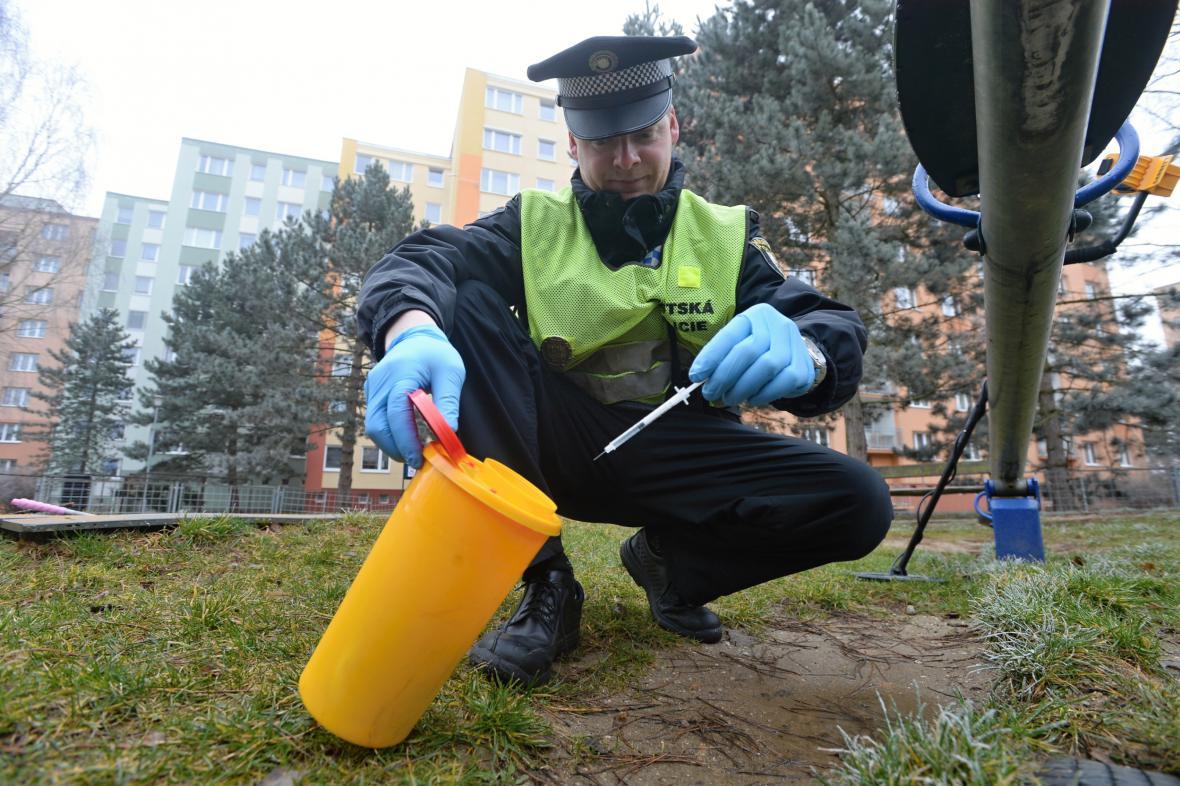 Policista zajišťuje injekční stříkačku