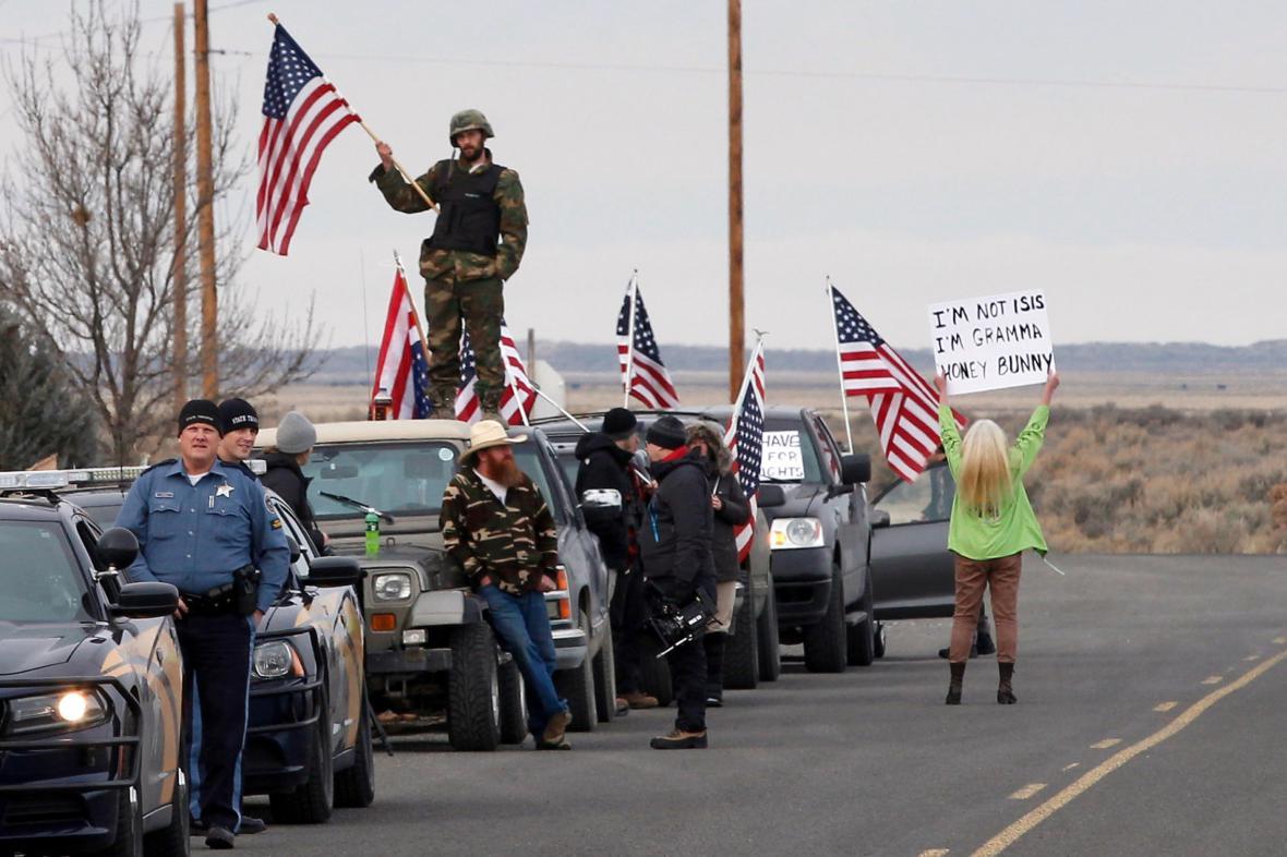Policie a demonstranti čekají, jak skončí ozbrojený protest farmářů v Oregonu.