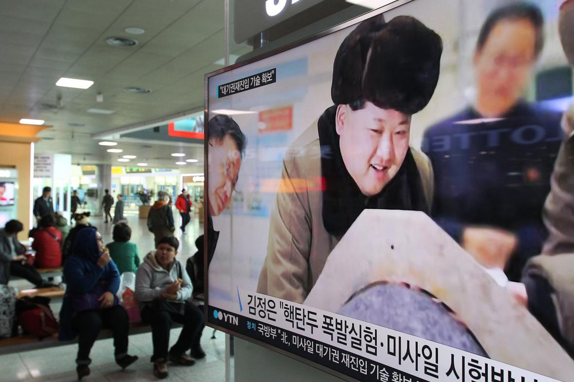 Kim Čong-un ve zprávách vysílaných na nádraží v Soulu